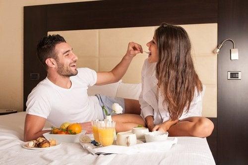 casal-saudavel-comendo-na-cama