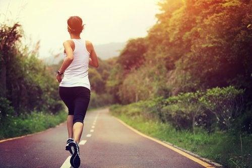 Mulher correndo para cuidar dos rins