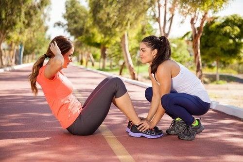 Mulher fazendo exercícios para evitar doenças renais