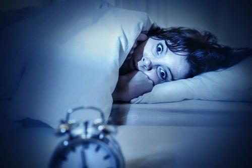 Mulher que não consegue dormir