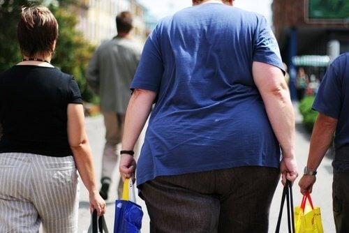 Pessoa obesa caminhando na rua