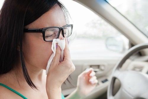 Mulher espirrando dentro do carro