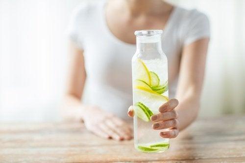 A água com limão é um dos remédios que tomados em jejum podem ajudar a ativar os órgãos