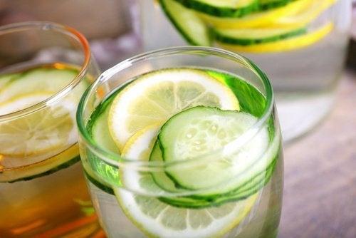 Bebida de pepino, limão e laranja para acelerar o metabolismo