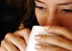 Benefícios de beber água quente em jejum