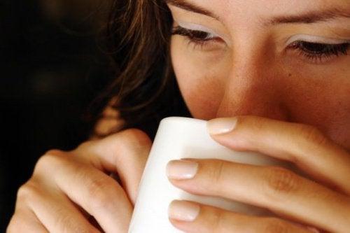 Benefícios surpreendentes de beber água quente em jejum