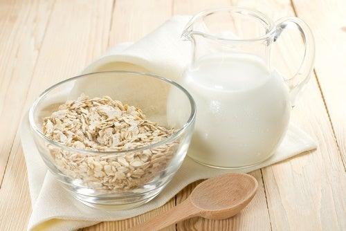 O chá de aveia é uma das bebidas noturnas que ajudam na recuperação do fígado