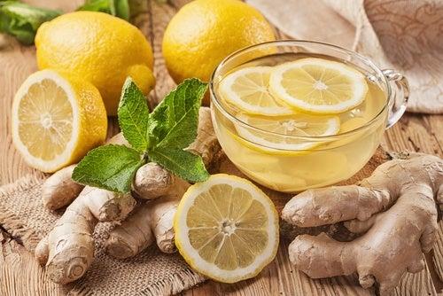 O chá de gengibre e limão é uma das bebidas noturnas para desintoxicar o fígado