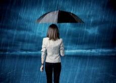 Mulher desanimada na chuva