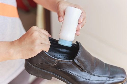 Talco para eliminar o mau cheiro nos sapatos