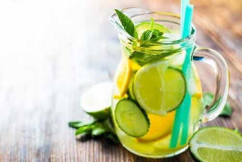 Bebida natural de pepino, limão e laranja para acelerar o metabolismo