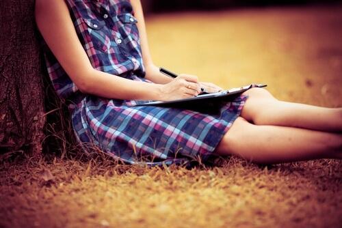 Moña escrevendo para diminuir a dor do luto