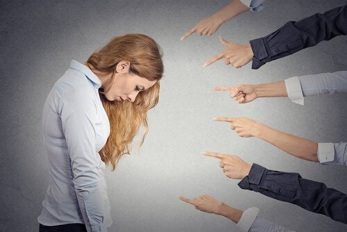Mulher sendo julgada por causa de seu pessimismo