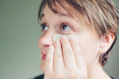 Mulher-limpando-o-rosto