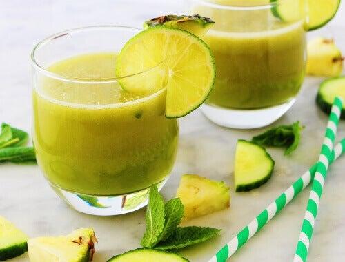 Vitamina de maçã, abacaxi, menta e limão