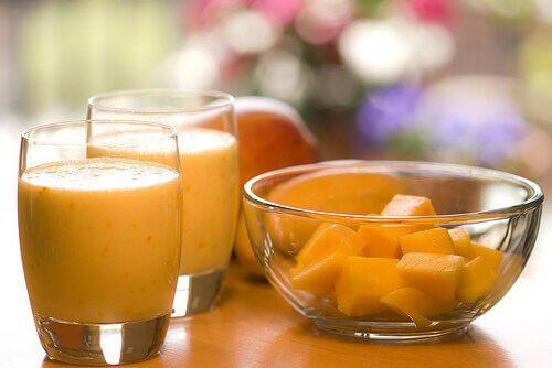 Vitamina de frutas: laranja, mamão papaia e cenoura