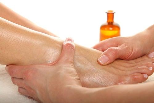 Massagem nos pés com óleo para bebês