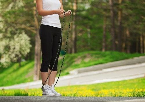 Mulher pulando corda para estar em forma