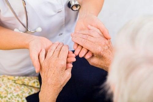 Médico revisando mãos com artrite