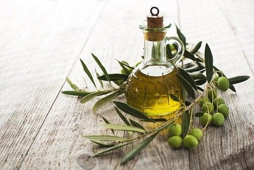 Azeite de oliva para limpar o fígado e reduzir as olheiras