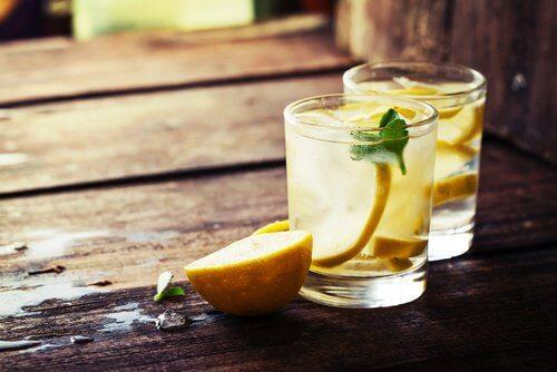 Para que serve o suco de limão quente?