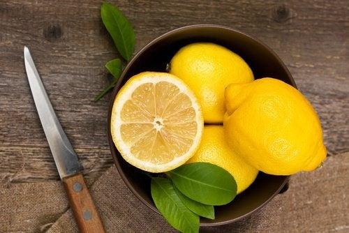 Limão para limpar o fígado e reduzir as olheiras