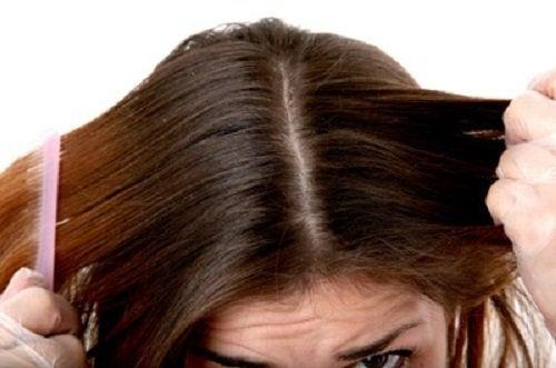 Mulher penteando o cabelo depois de usar o condicionador natural