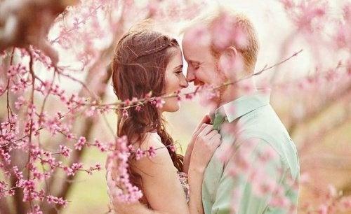 Casal bonito apaixonado