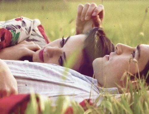 Casal bonito representando a pessoa certa um para o outro