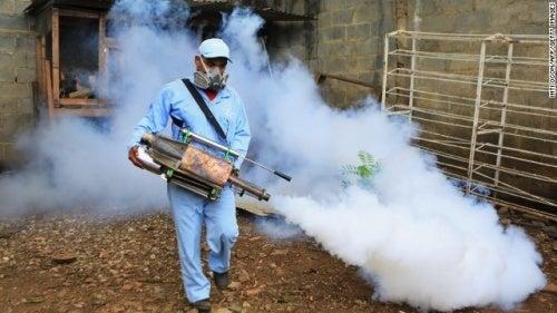 Pessoa controlando o mosquito do zika vírus