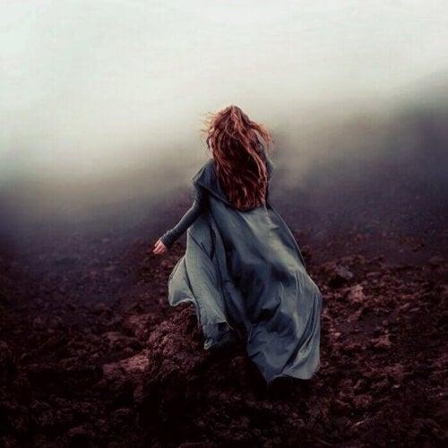 mulher-fugindo