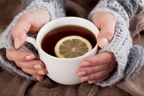 Como preparar limonada de cúrcuma para combater a depressão