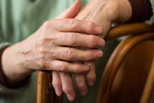 Mãos com artrite tratadas pelo gengibre