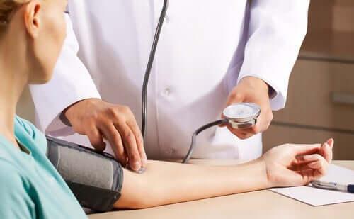 Médico medindo pressão