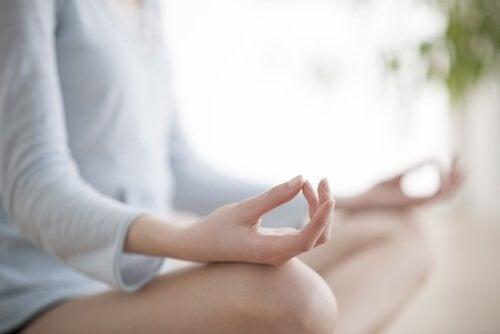 Mulher meditando para encontrar a felicidade