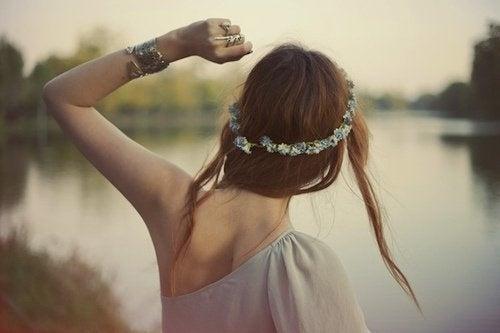 Menina que aprendeu a soltar o passado