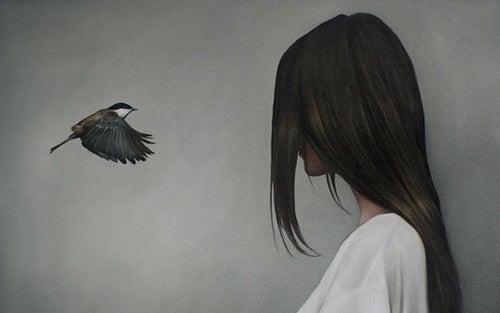 Menina valorizando a beleza de um passarinho