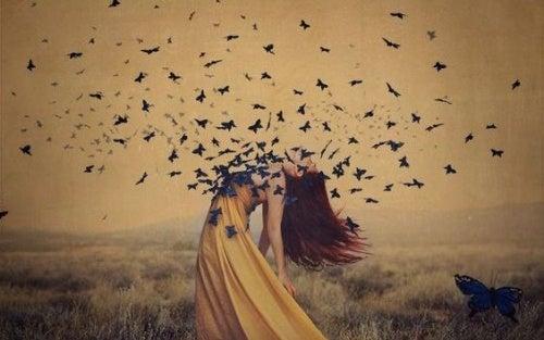 Menina com pássaros se libertando