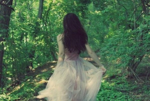Menina em bosque com vestido