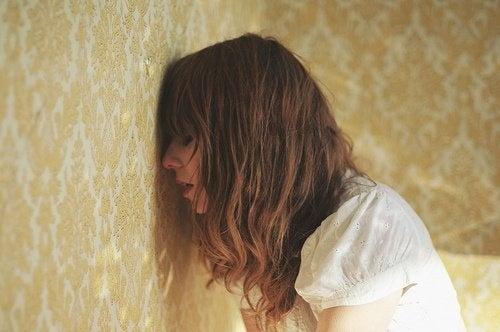 Menina triste por causa de seu passado
