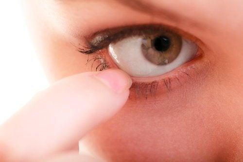 Coceira nos olhos: conheça 10 remédios naturais
