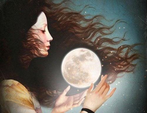 Mulher amadurecendo com a lua nas mãos