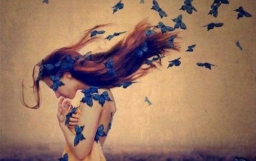Mulher levantando-se da queda com borboletas