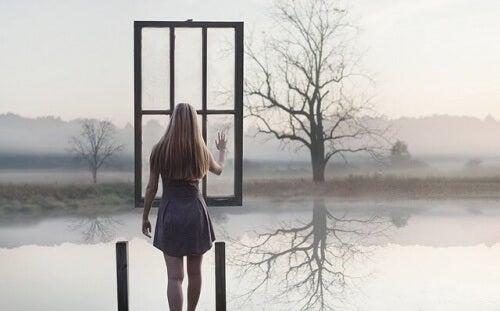 mulher-diante-de-uma-janela-suspensa-no-ar