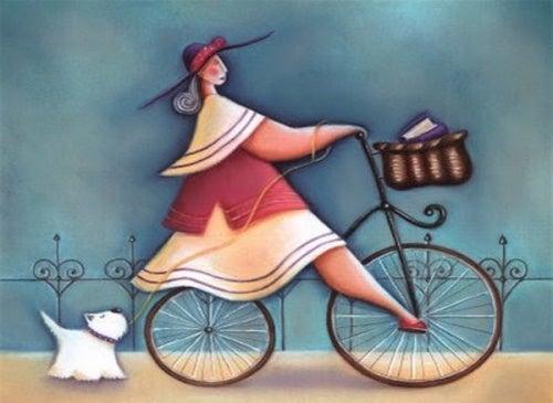 Mulher que se ama andando de bicicleta