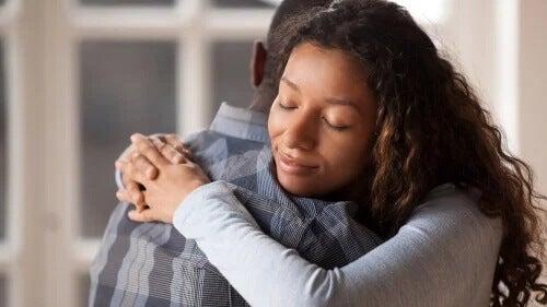Às vezes, tudo o que precisamos é de um abraço que envolva nossa alma