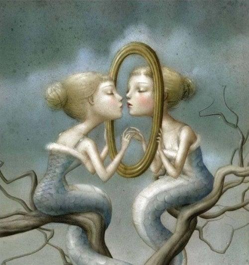 Mulher sendo egoísta no espelho