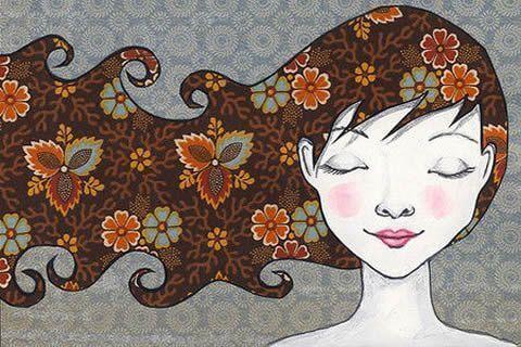 Mulher com um leve sorriso e olhos fechados