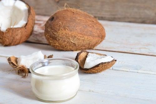 O óleo de coco é um aliado para evitar a queda de cabelo