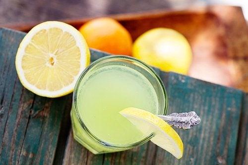 Suco de limão quente